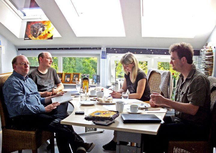 (v.l.n.r.) Wim Vandemaan, Christian Montillon, Sabine Kropp und Klaus N. Frick bei der Exposébesprechung
