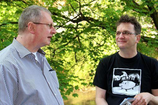 Seminarpause: PERRY RHODAN-Autor Uwe Anton und PERRY RHODAN-Chefredakteur Klaus N. Frick unterhalten sich im Garten der Bundesakademie über aktuelle Romanprojekte. Foto: Peter Wayand