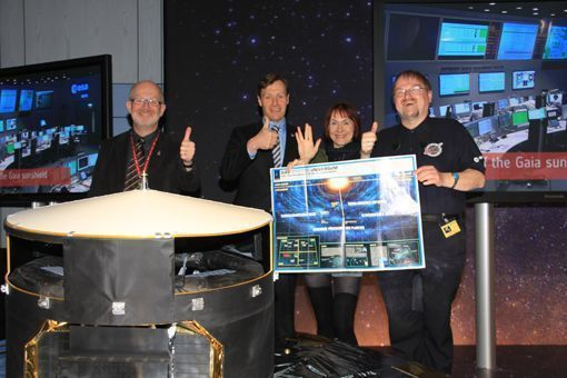 Daumen hoch für GAIA: Mitglieder des ESOC-SciFi-Clubs (Rainer Kresken, Markus Landgraf, Bettina Wurche und Robert Vogel) feiern im ESOC den erfolgreichen Start.